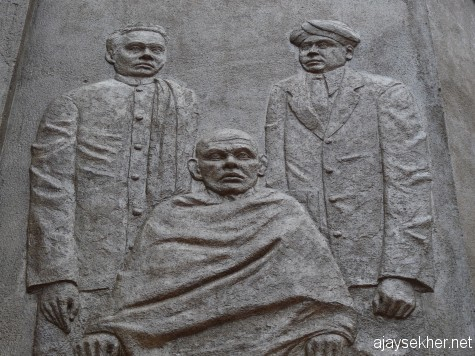 Asan, Narayana Guru and Dr Palpu: Bass relief by Chavara Vijayan at Kayikara