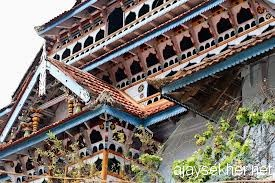 Wood carvings on the eastern front of Ponnani Valiya Pally.  Photo from internet
