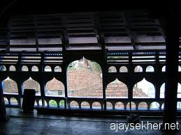 The windows to the world:  The decorative casements on the attic towards the east in Ponnani Valiya Pally.  Photo from internet
