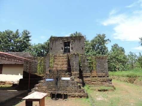 Madatil Appan shrine at Uliyanur. The Linga was installed by Parasurama according to legend. The current laterite structures were constructed some 50 years ago.